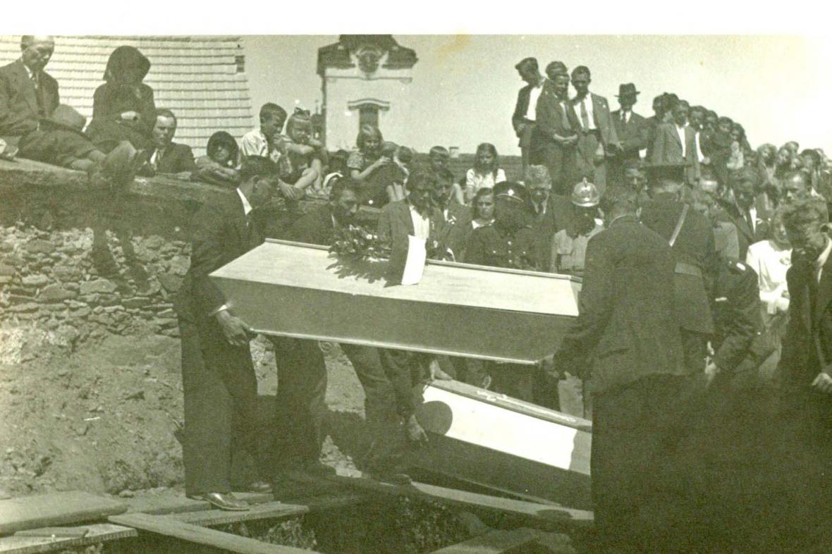 Pohřeb zavražděných obyvatel Leskovic v Nové Cerekvi