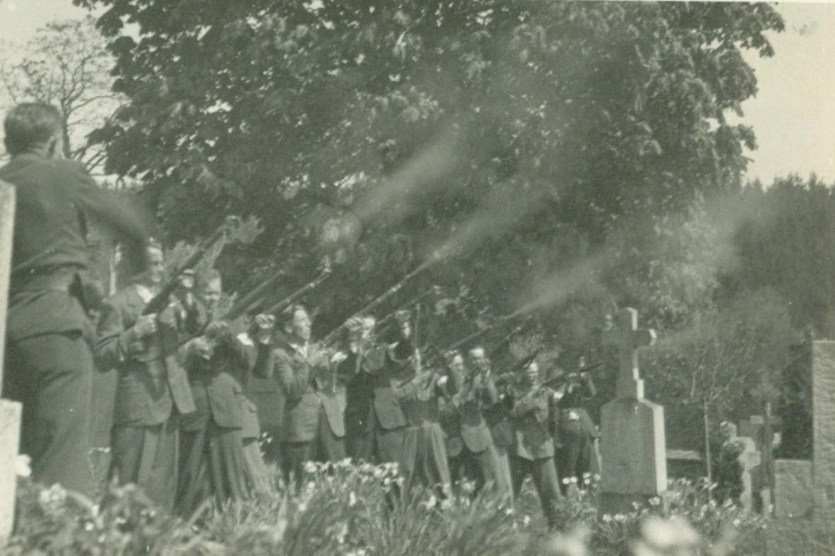 Čestná salva při pohřbu zavražděných obyvatel Leskovic