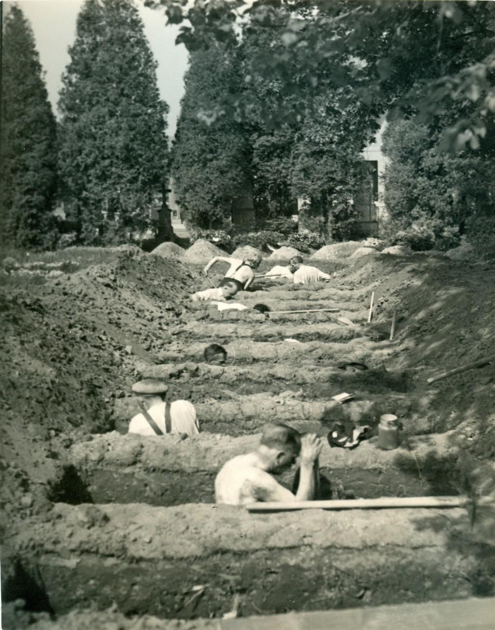 Kolaboranti kopou hroby pro zavražděné obyvatele Leskovic