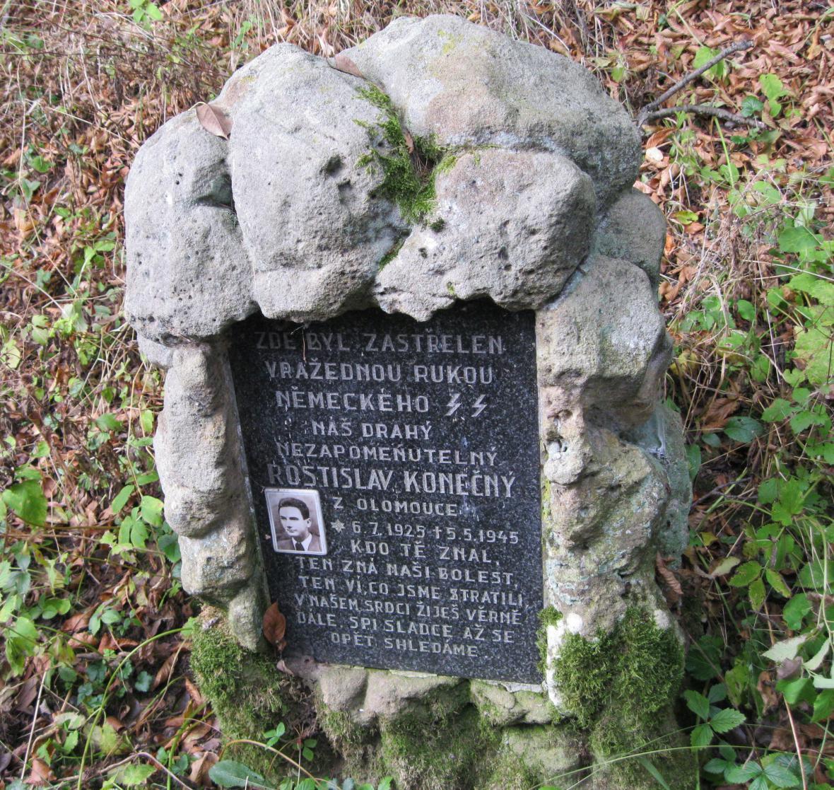 Památník zavražděného Rostislava Konečného v lese u Javoříčka