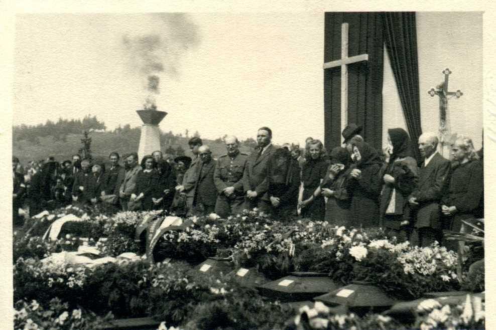 Pohřeb téměř stovky obětí konce války ve Velkém Meziříčí