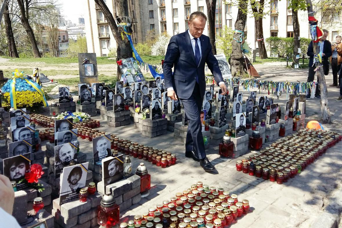 Tusk uctil oběti loňských nepokojů na kyjevském Náměstí nezávislosti