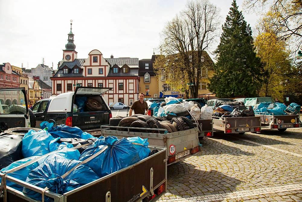 Odpadky z krkonošského parku na vrchlabském náměstí