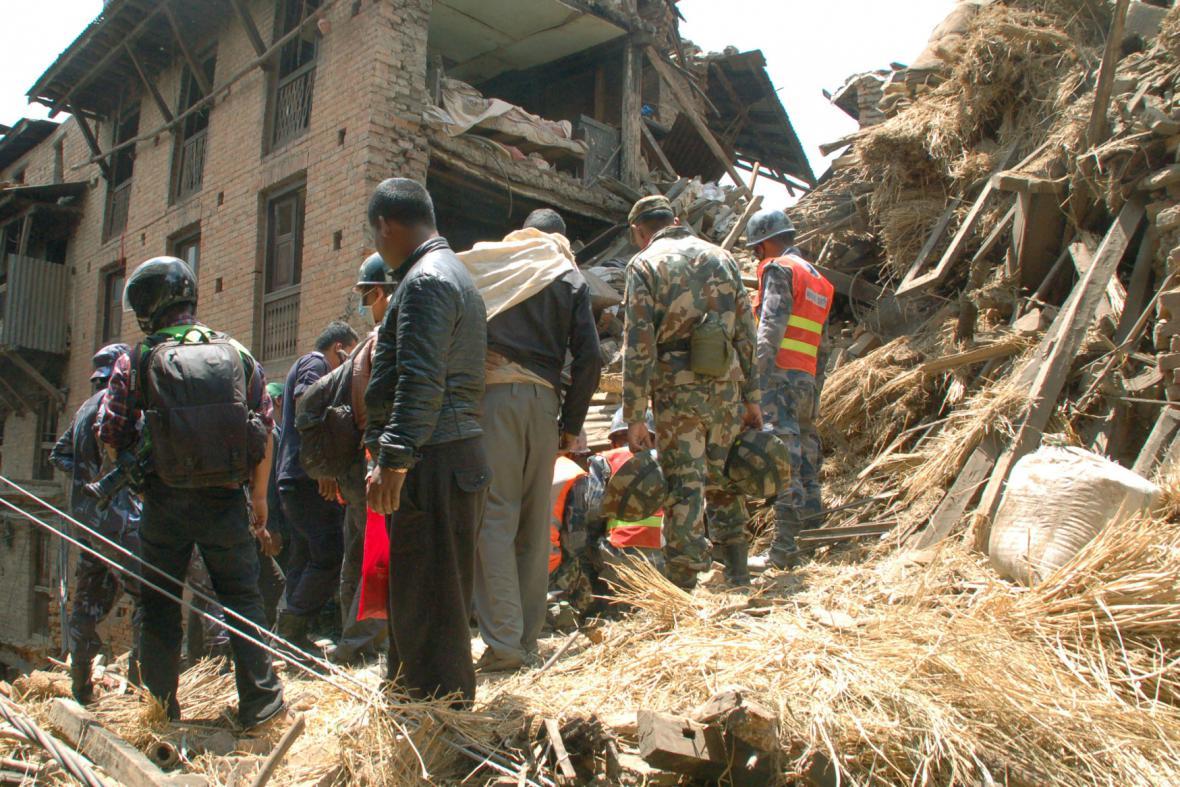 Nepálská policie a záchranáři prohledávají trosky zřícených budov