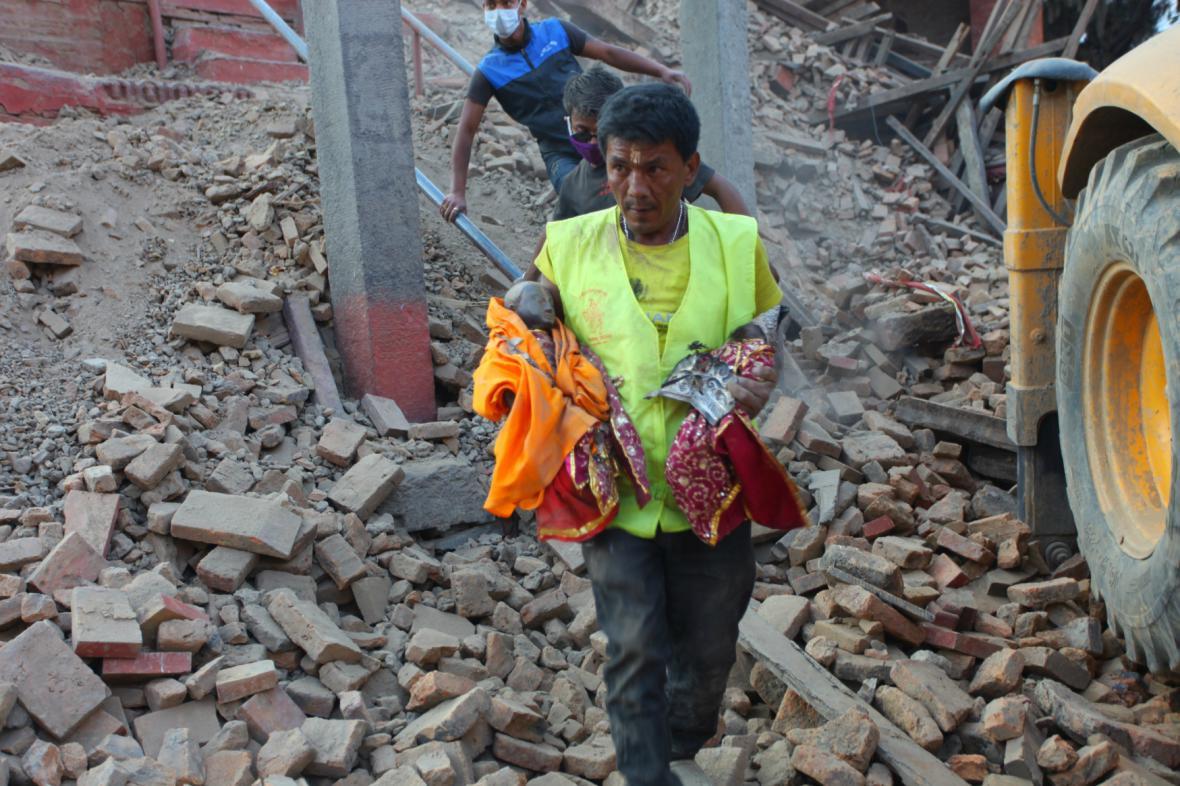 Zkázu chrámu v Káthmándú přežily jen menší sošky