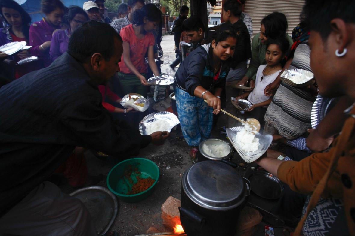 Nepálci čekají na příděl jídla