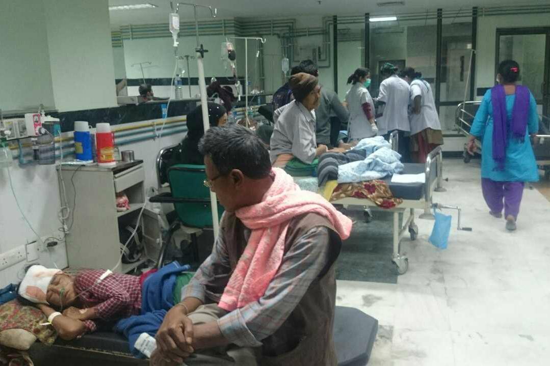 Nemocnice v Káthmándú nezvládají příval raněných