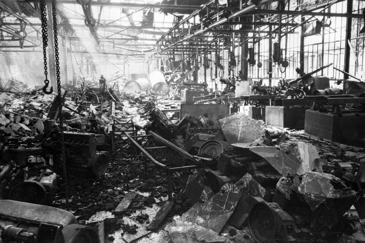 Škody po náletu v květnu 1945 ve Škodě Mladá Boleslav