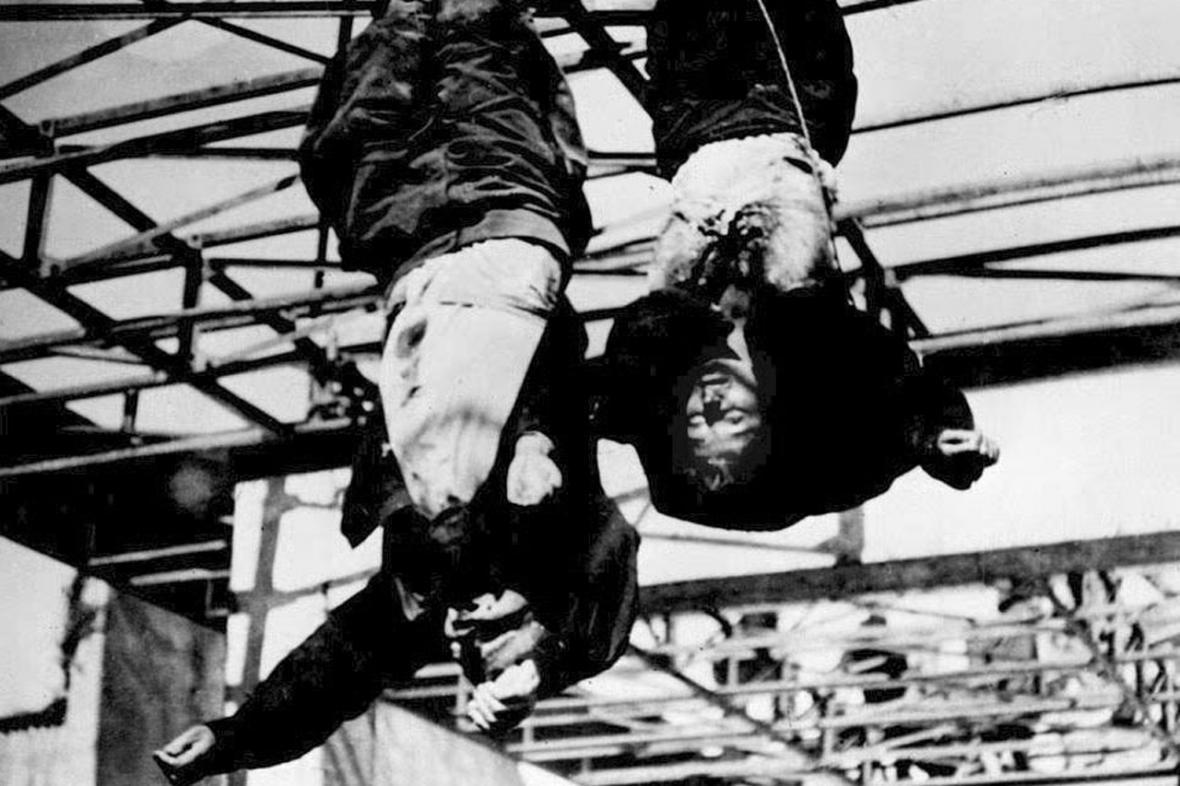 Zastřelený Benito Mussolini se svou milenkou Clarou Pettaci  visí na konstrukci čerpací stanice v Miláně