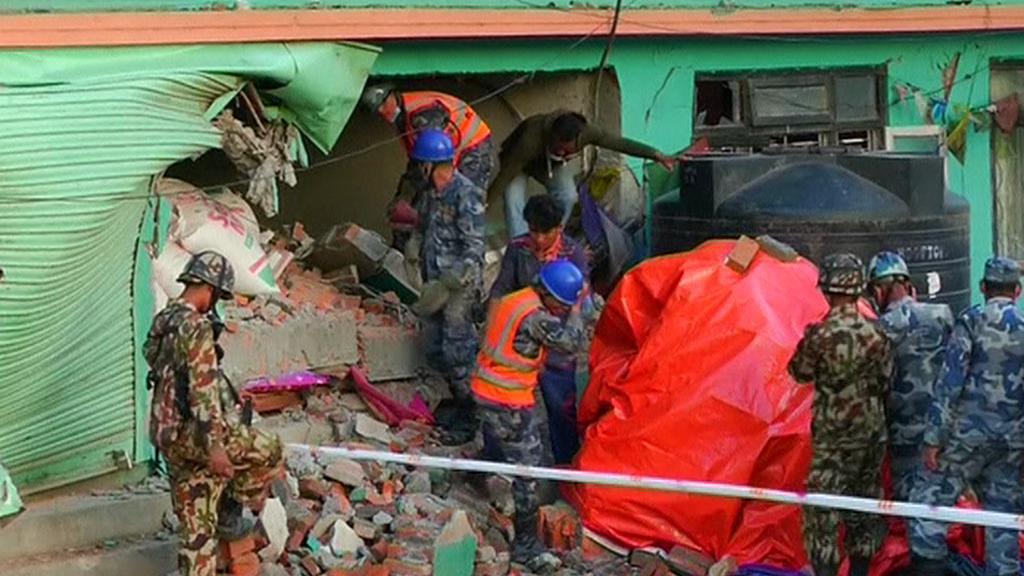 Záchranáři v Káthmándú  prohledávají trosky