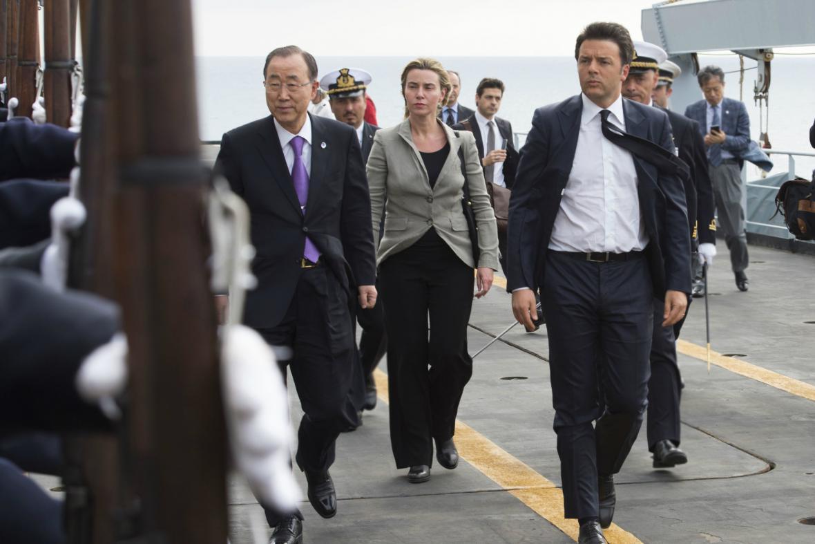 Pan Ki-mun, Renzi a Mogheriniová během plavby na lodi San Giusto
