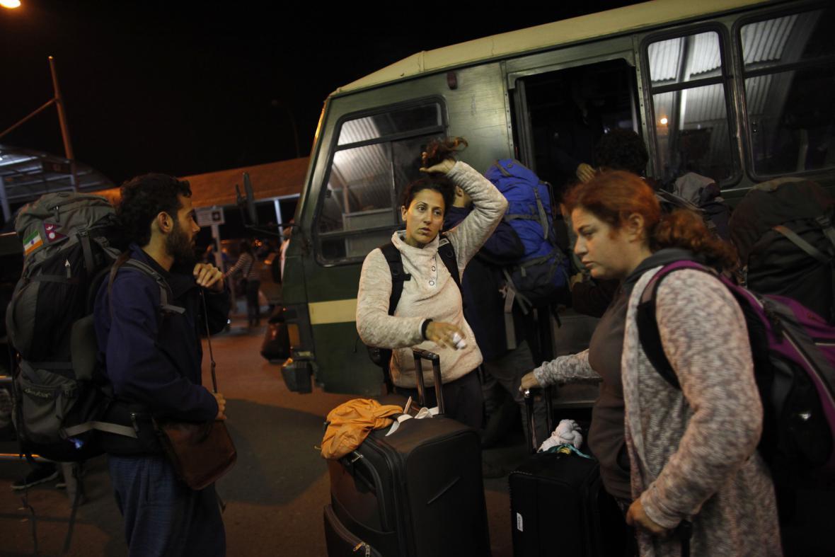 Skupina izraelských občanů připravená k evakuaci