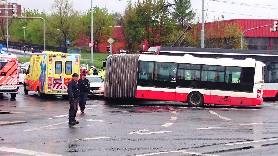 Nehoda tramvaje s autobusem v Modřanech