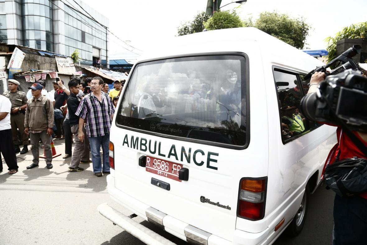 Ambulance převáží rakev jednoho z popravených
