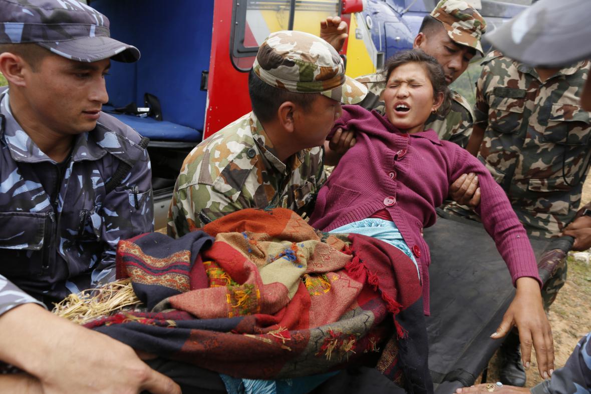 Zraněná žena z vesnice Ranachour - jedna z tisíců postižených zemětřesením
