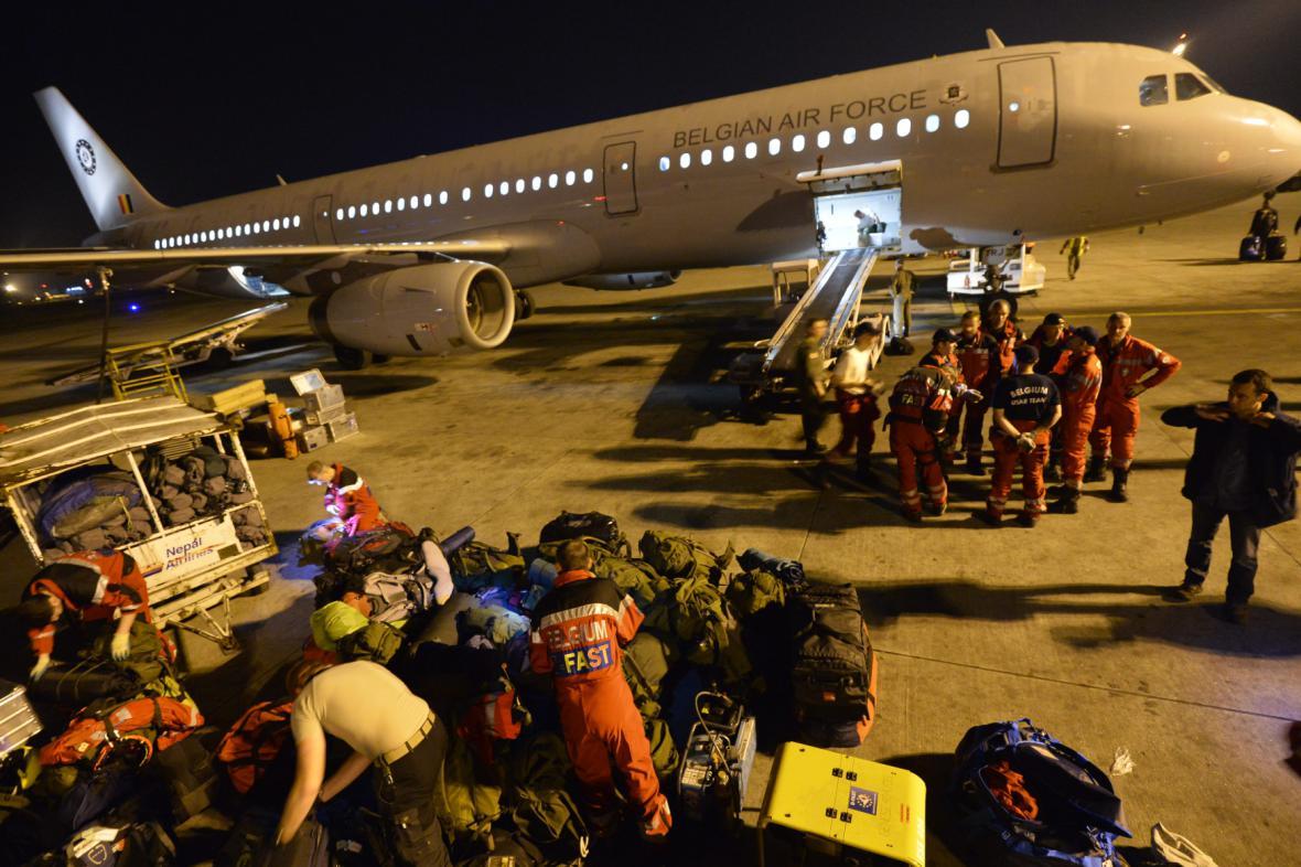 Vykládka humanitární pomoci na letišti v Káthmándú