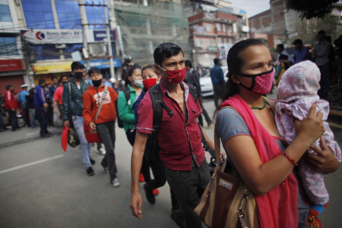 Lidé v Káthmándú čekají v dlouhých frontách na autobusovém nádraží