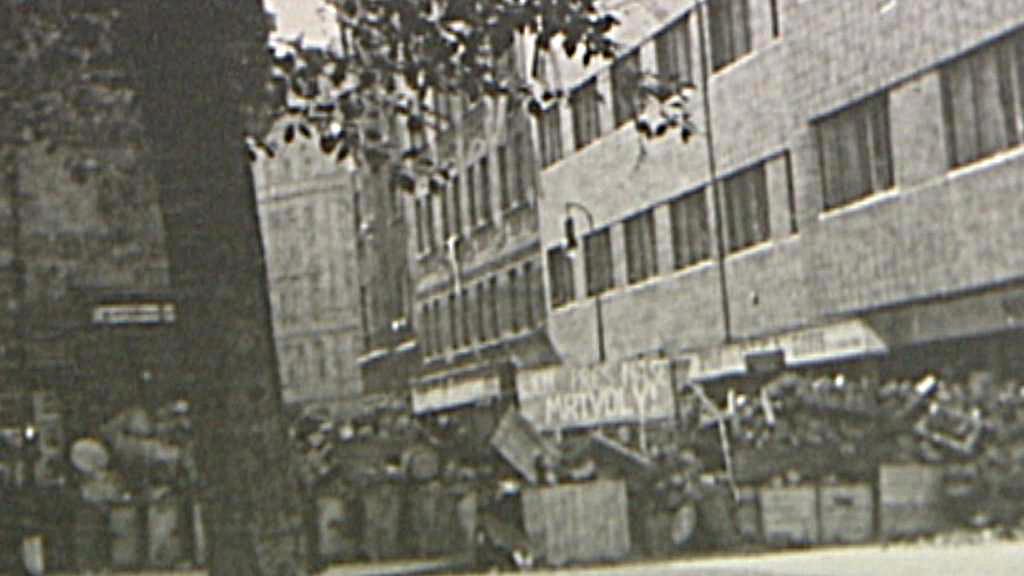 Barikáda v ulici Odborů u Karlova náměstí