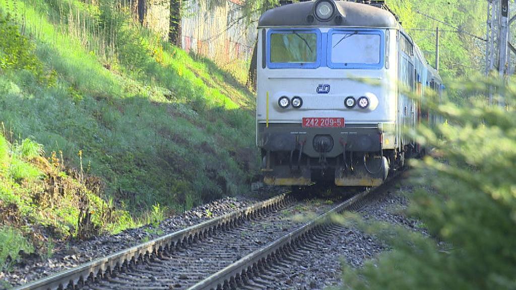 Železniční trať vede jen kousek od ZŠ Havlíčkova v Jihlavě