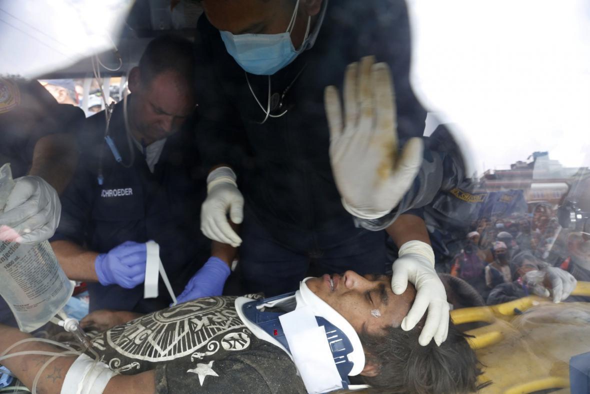 Chlapec zachráněný pět dnů po zemětřesení