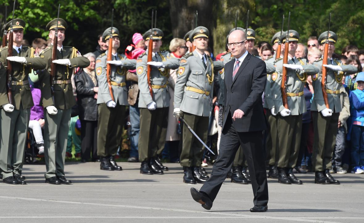Bohuslav Sobotka na vojenské přehlídce v Ostravě