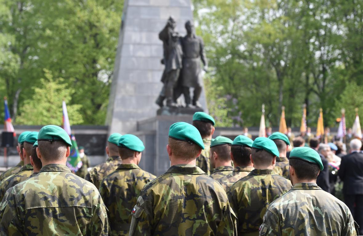 Vojáci u památníku Rudé armády v Ostravě