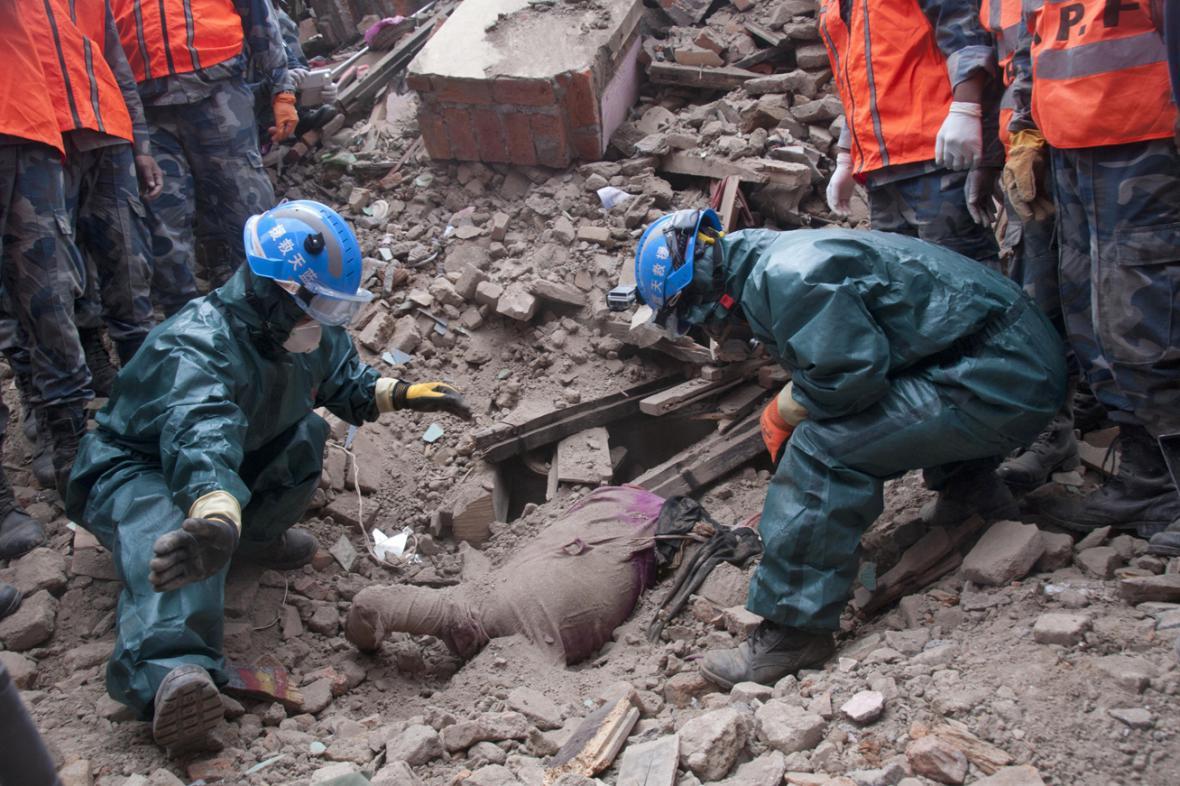 Záchranáři nacházejí v troskách těla dalších obětí