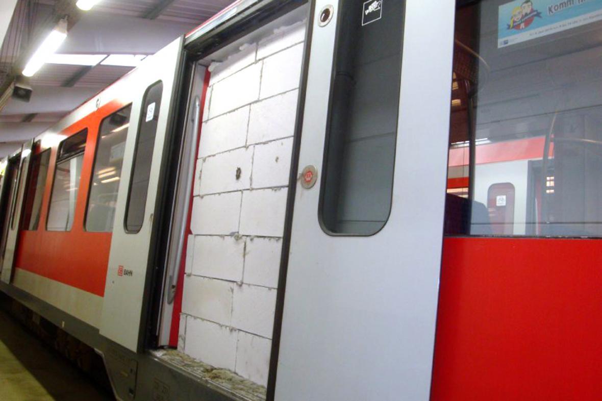 Zazděné dveře S-Bahnu v Hamburku