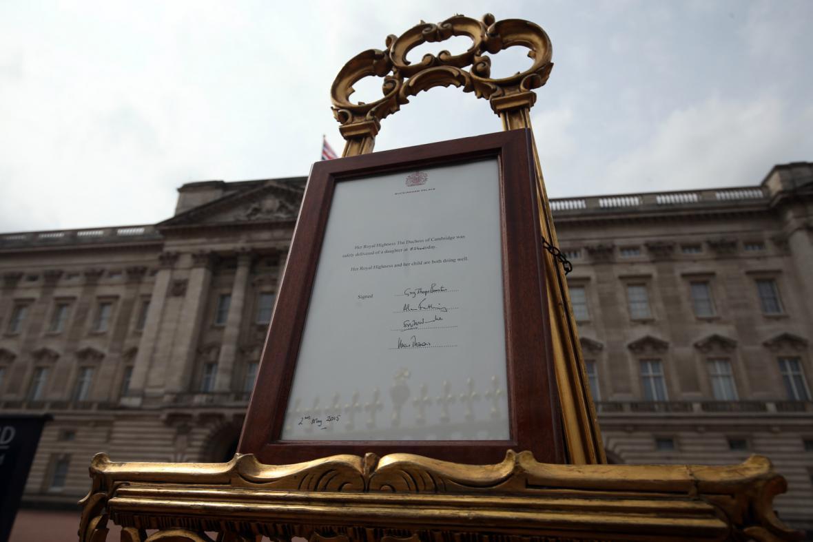 Narození princezny oznamuje i cedule před Buckinghamským palácem