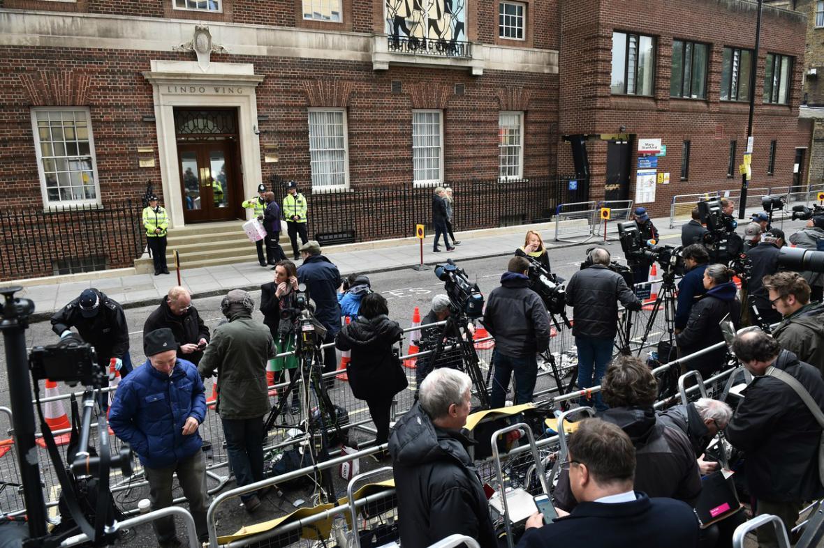 Londýnská porodnice je v obležení médií