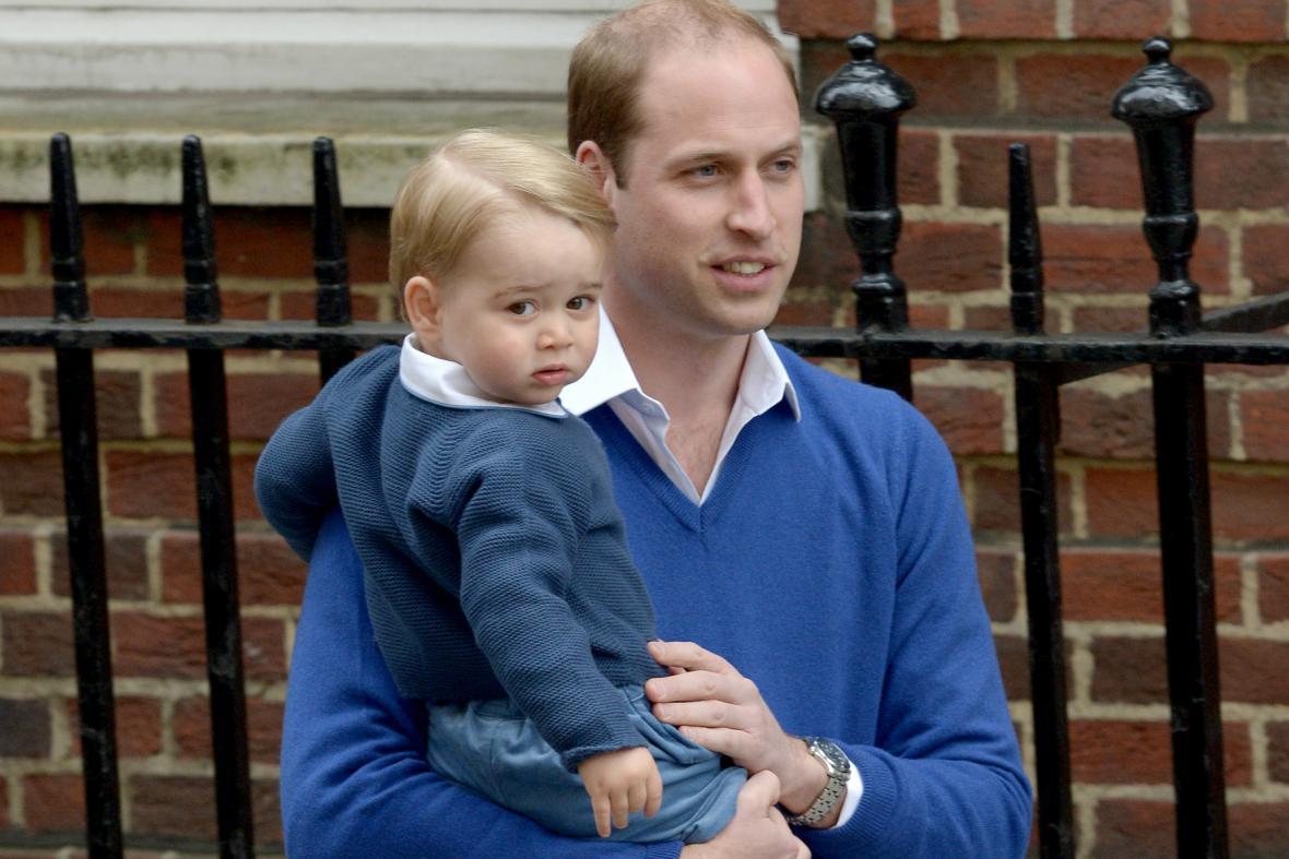 Princ William odpoledne přivezl do nemocnice i malého George