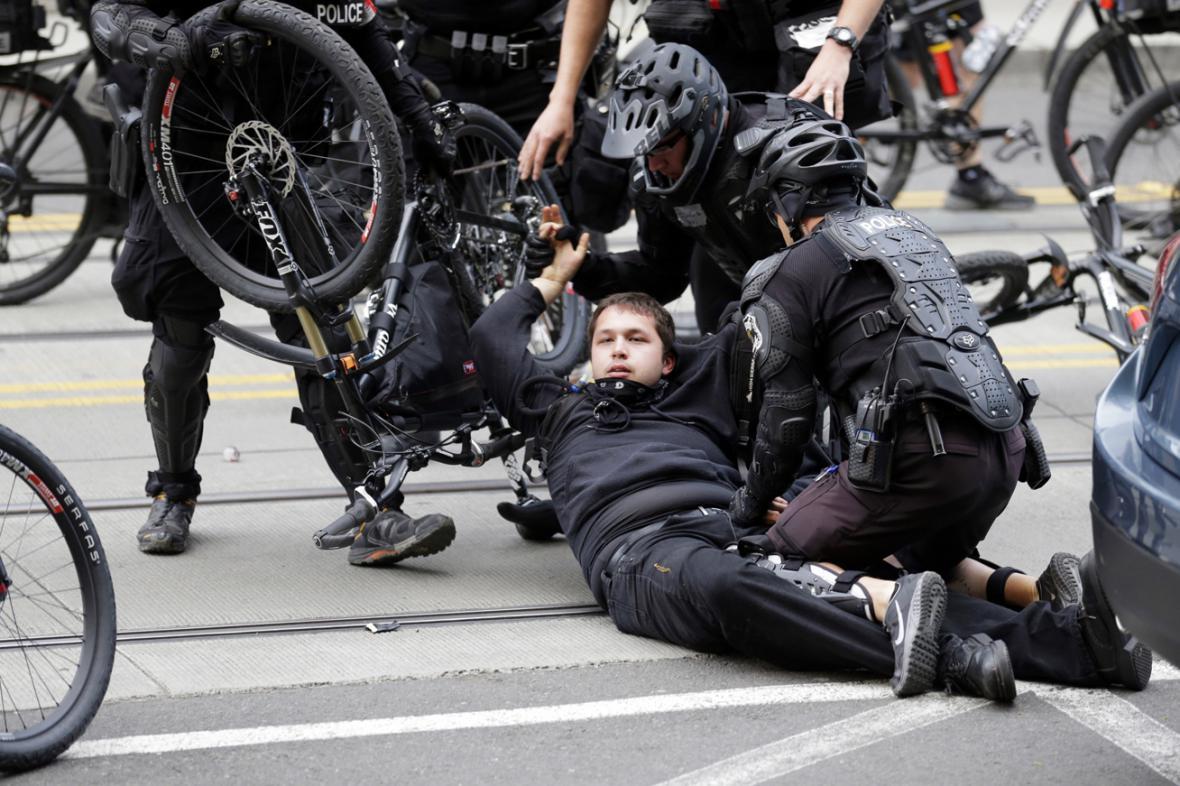 Policejní zásah proti prvomájové demonstraci v Seattlu