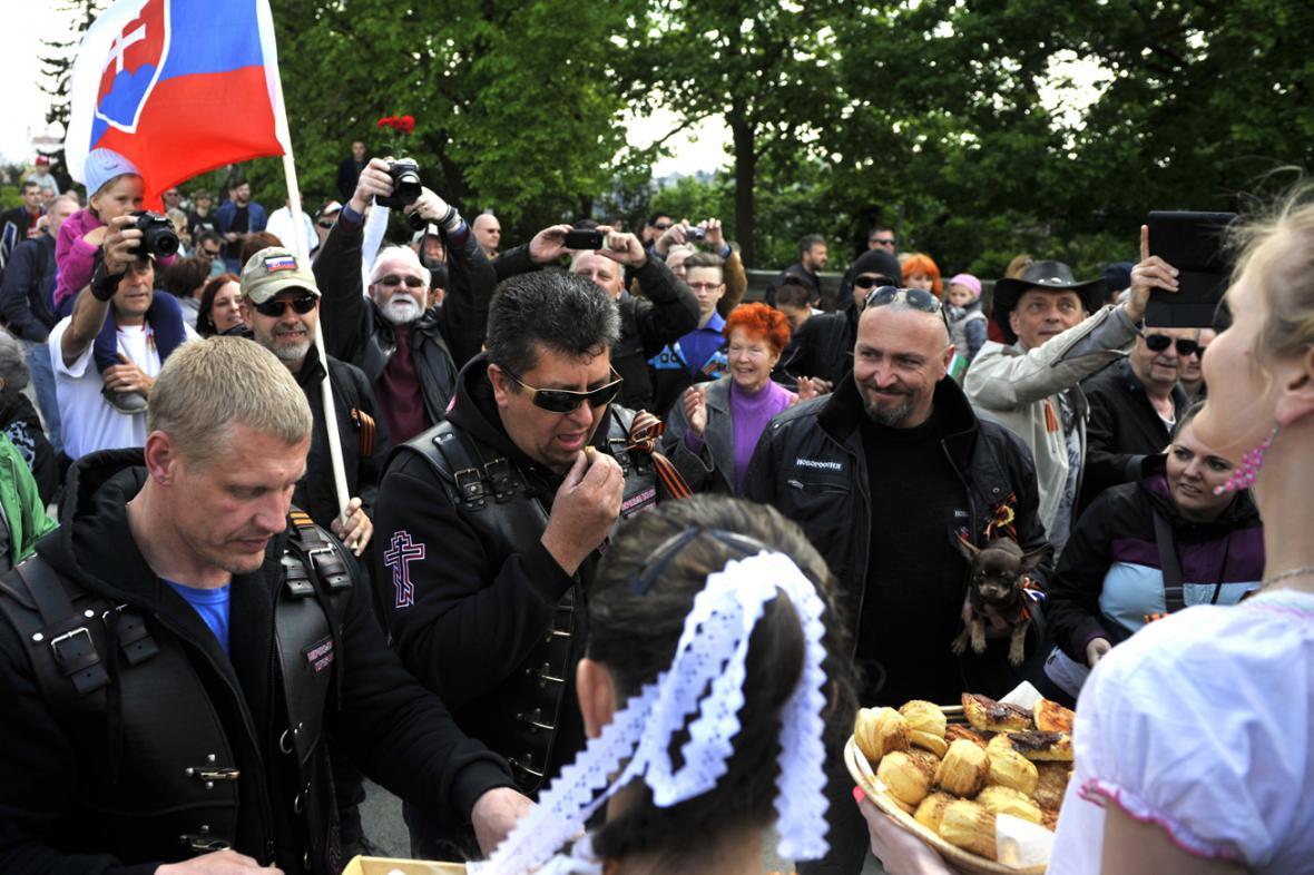 Bratislavané přivítali Noční vlky chlebem a solí