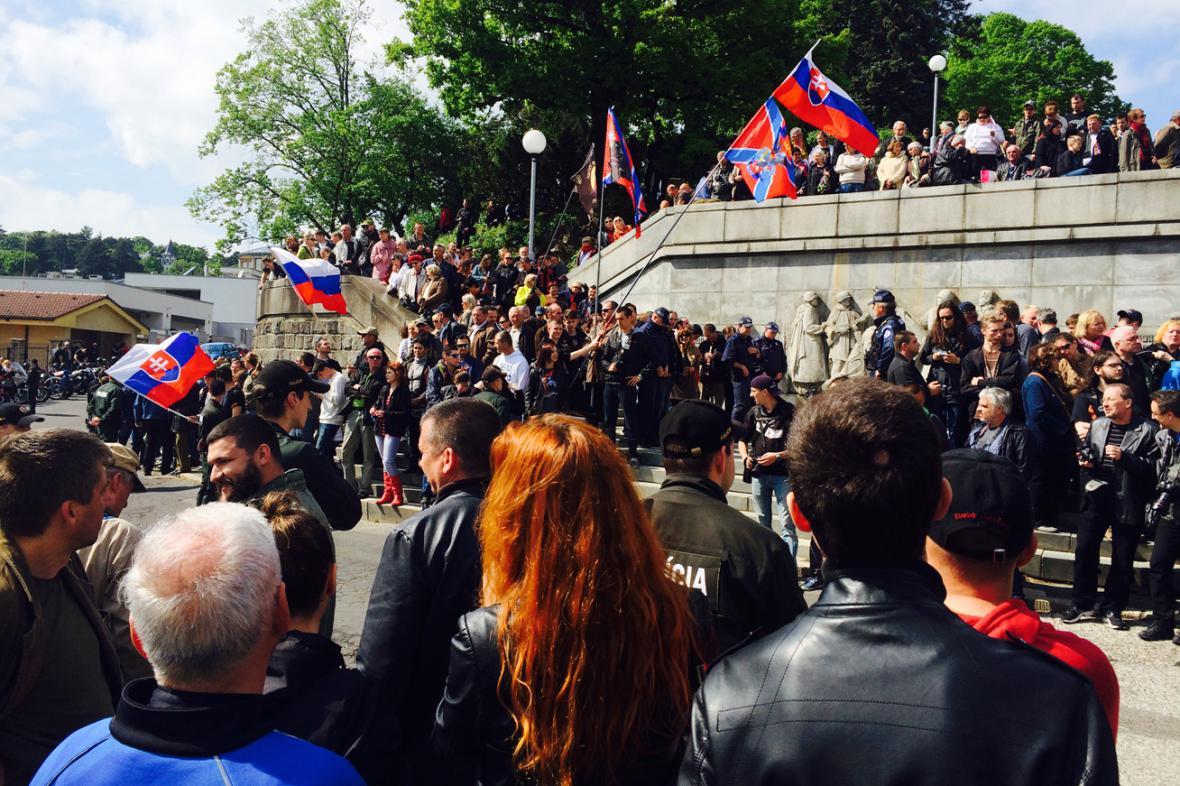 V Bratislavě čekají na Noční vlky davy lidí