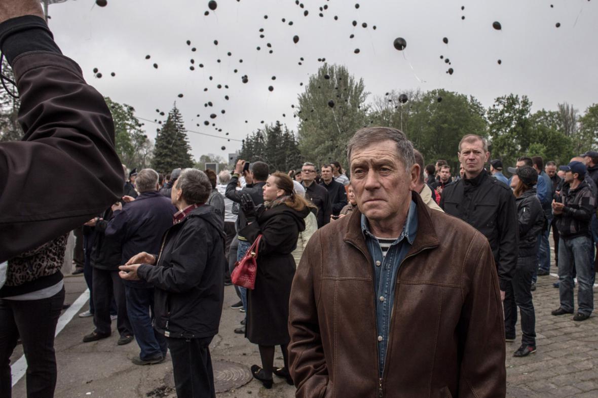 Oběti z Oděsy připomněly vypuštěné černé balonky