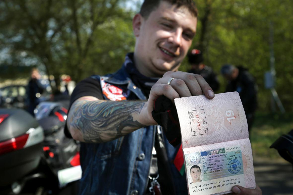 Člen Nočních vlků Pavel Vetkin ukazuje vízum zrušené na polských hranicích