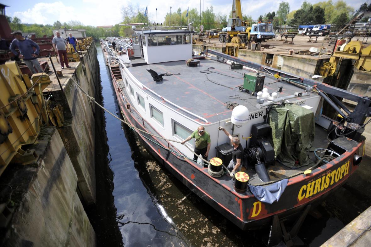 Tanker měří po opravách 86 metrů na délku