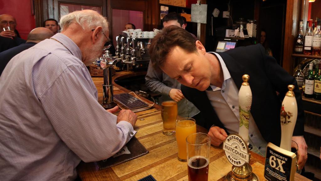Nick Clegg pozoruje vybavení tradiční hospody v anglickém Bathu