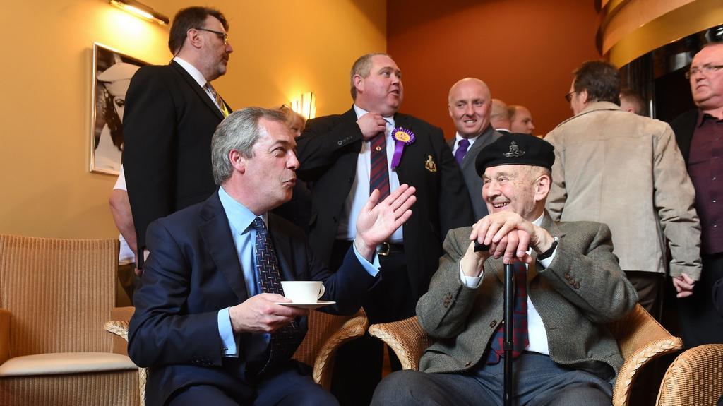 Lídr UKIP Nigel Farage se v Dudley setkal s válečnými veterány