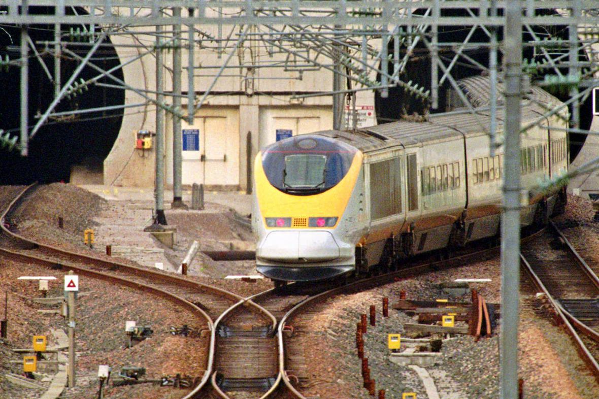 Vlak společnosti Eurostar vjíždí do tunelu pod kanálem La Manche