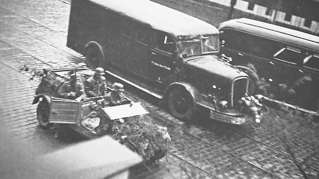 Jednotky SS přijíždějí k budově rozhlasu