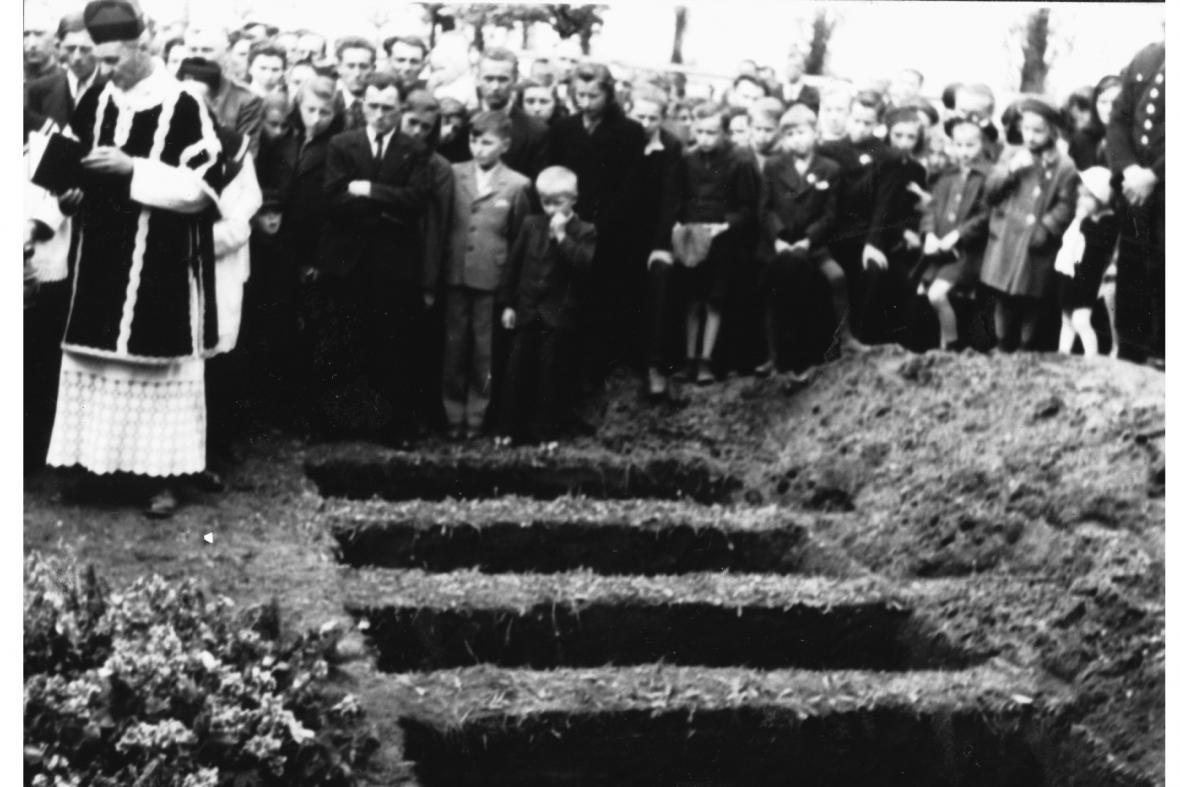 Pohřeb 12 padlých vojáků na hřbitově v Břestě