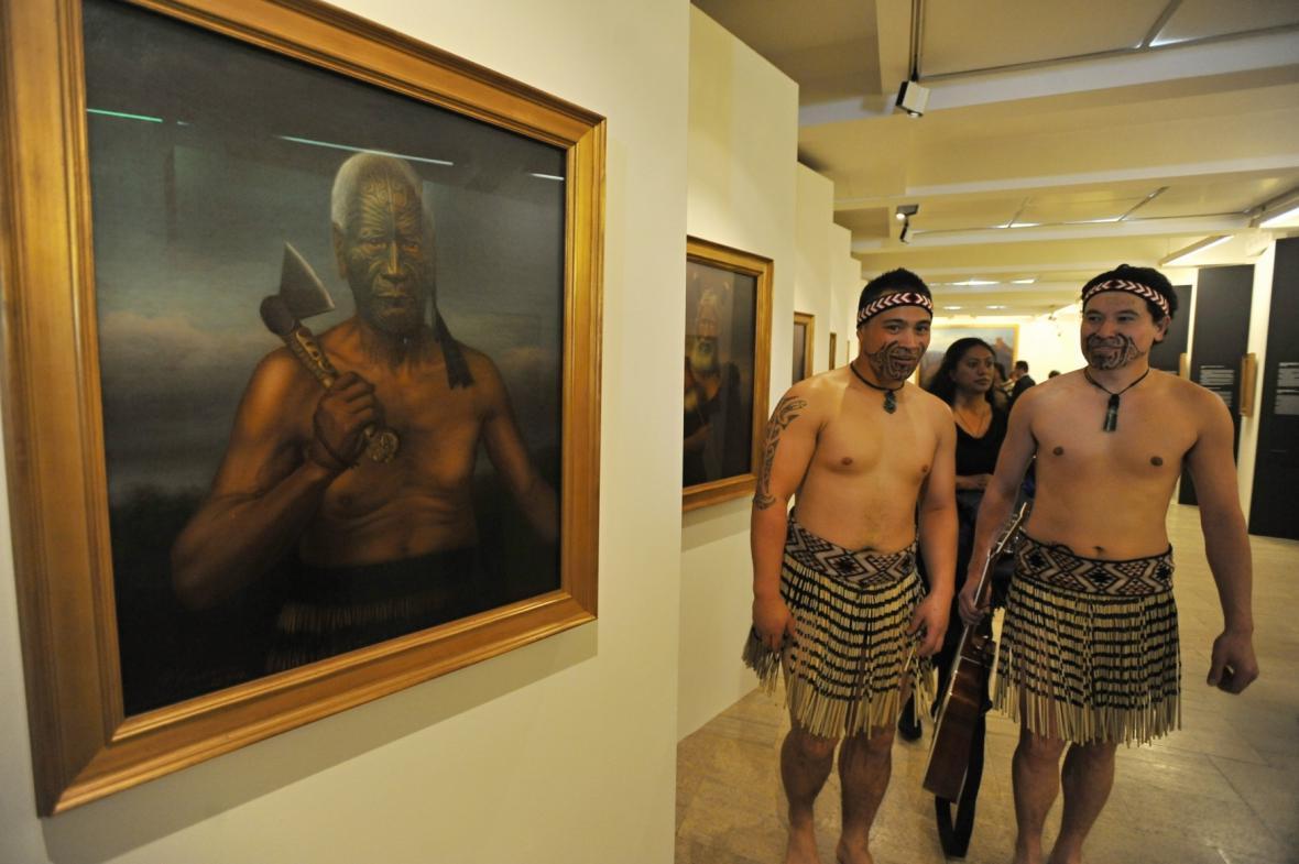 Maorský rituál při vernisáži výstavy Gottfrieda Lindauera