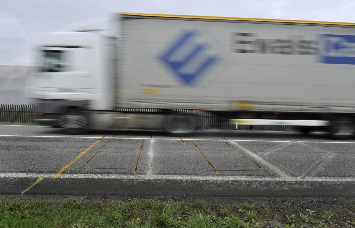 Dynamická váha na silnici na okraji Velkého Meziříčí