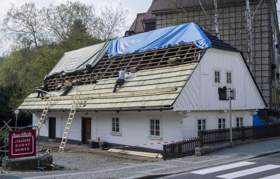 Oprava střechy rodného domku Aloise Jiráska v Hronově - 22. 4. 2015