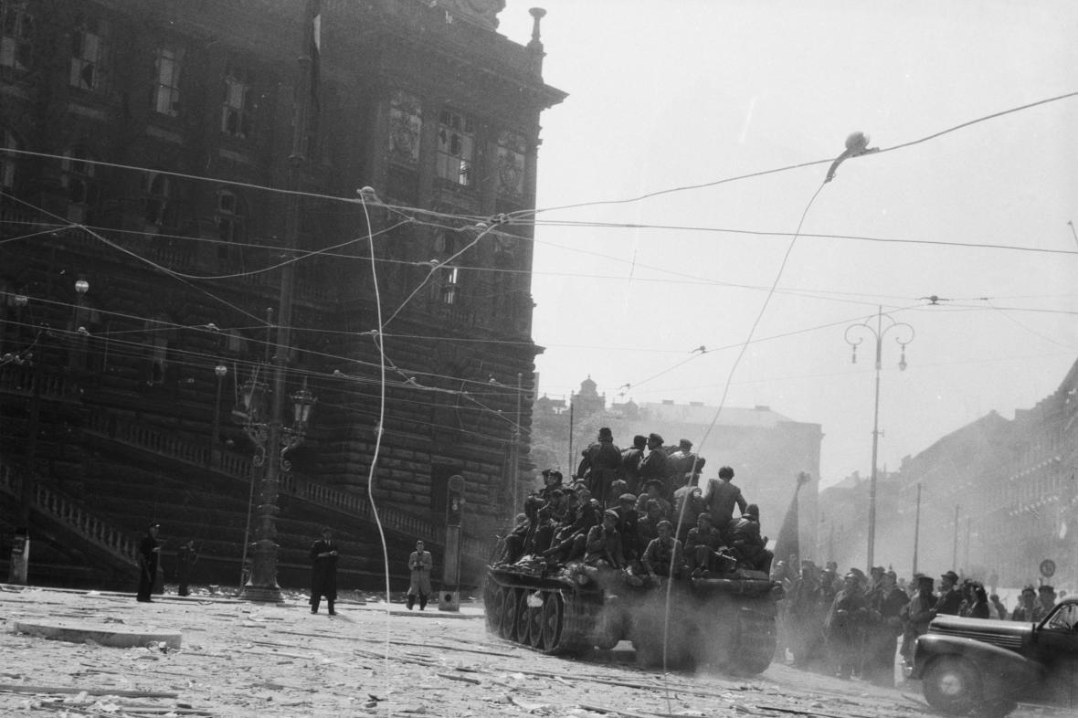 Vítání rudoarmějců na Václavském náměstí před muzeem