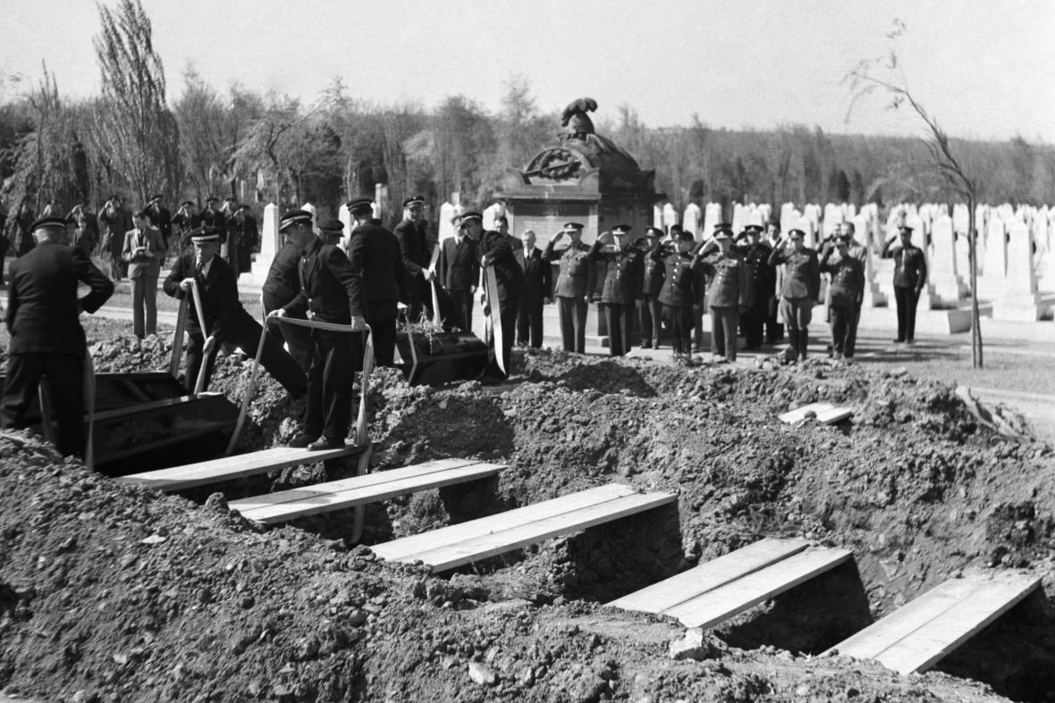 Pohřbívání mrtvých rudoarmějců na Olšanech