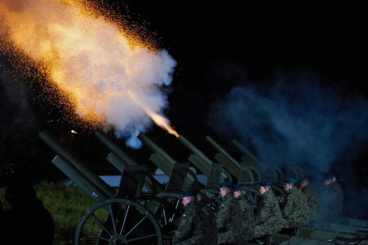 Dělostřelecká salva odstartovala na Westerplatte oslavy konce druhé světové války
