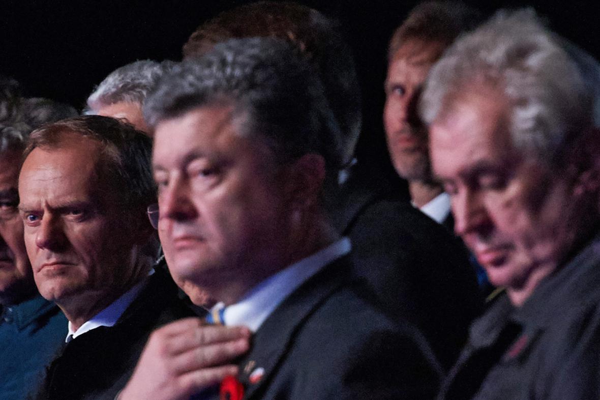 Donald Tusk, Petro Porošenko a Miloš Zeman na půlnoční pietě na Westerplatte