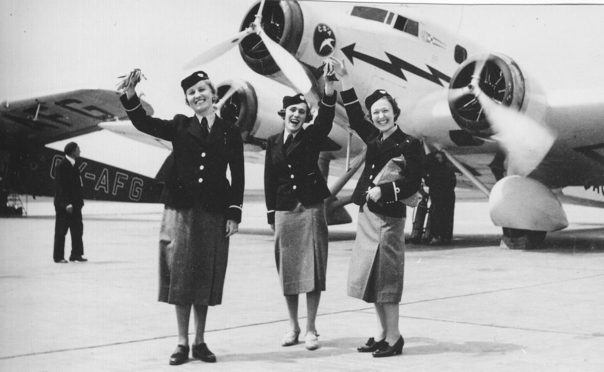 M. Stará s kolegyněmi v roce 1937